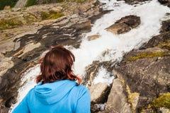 Trollstigen观点的旅游妇女在挪威 免版税库存图片