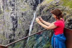 Trollstigen观点的旅游妇女在挪威 免版税库存照片