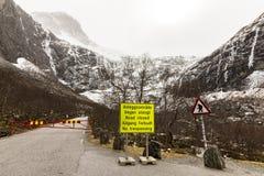 Trollstigen路是闭合的在冬天 陈述一个黄色的标志路是闭合的 符号拖钓警告 山 库存照片