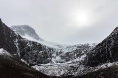Trollstigen с снегом в апреле 2017 Эта змейчатая дорога в муниципалитете Rauma, больше графства горы Romsdal og, Норвегия стоковое фото