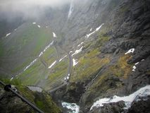 Trollstigen of de Sleeplijnenweg zijn een kronkelige bergweg in Noorwegen Mistige ochtend stock foto
