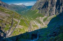 Trollstigen fiska med drag i vandringsledet, bergvägen, Norge Royaltyfri Fotografi