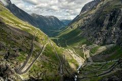 Trollstigen (het Voetpad van de Sleeplijn), Noorwegen Stock Afbeeldingen