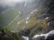 Trollstigen ou o trajeto das pescas ? corrica s?o uma estrada serpentina da montanha em Noruega Manh? nevoenta foto de stock