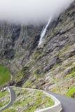 Trollstigen trolls vandringsled, slingrande bergväg i Norwa Arkivfoton