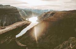 Trolltunga峭壁边缘的游人在挪威冒险旅行 库存照片