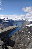 Trolltunga的,挪威远足者 免版税库存照片