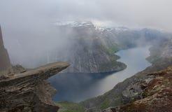 Trolltunga fiska med drag i s-tungan vaggar, Norge Arkivfoto
