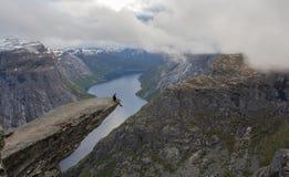Trolltunga fiska med drag i s-tungan vaggar, Norge Royaltyfria Bilder