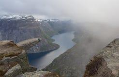 Trolltunga fiska med drag i s-tungan vaggar, Norge Fotografering för Bildbyråer