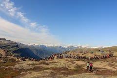 Trolltunga, Noorwegen - Augustus 26, 2017: Vele mensen die in een lange lijn op Trolltunga voor hun wachten weg te gaan Stock Foto's