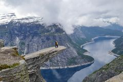 Trolltunga, Odda, Noruega 21 Em junho de 2016, caminhantes na fuga de caminhada ? caminhada mundialmente famosa de Trolltunga Nor imagens de stock royalty free