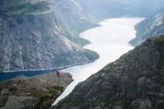 Trolltunga - roche de falaise au-dessus de lac Ringedalsvatnet en Norvège photos libres de droits
