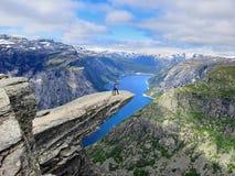 Trolltunga Stenigt väggframstickande över sjön i Norge Royaltyfri Bild