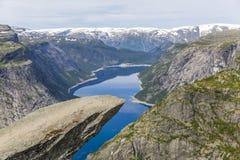 Trolltunga vaggar bildande är ett av de populäraste och mest sceniska ställena i Norge royaltyfri fotografi