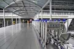 Trollys sur le passage couvert sur le terminal d'aéroport Image libre de droits