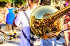 Trombón brillante y músicos borrosos que juegan música pegadiza en el distrito de Leme, Rio de Janeiro, el Brasil Fotos de archivo