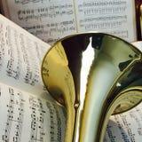 Trombón de cobre amarillo y música clásica 6 Foto de archivo libre de regalías