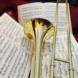 Trombón de cobre amarillo y música clásica 15 Foto de archivo