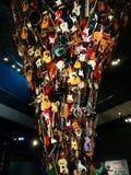 Tromb av gitarrer och andra instrument på MoPOP i Seattle arkivfoto