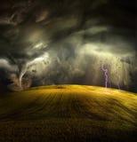 Tromb i stormigt landskap Arkivfoton