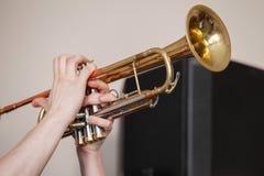 Tromba in mani del trombettista fotografia stock