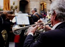 Trombeta envernizada bronze de Playng do homem durante o concerto exterior Fotografia de Stock