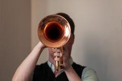 Trombettista con la tromba in mani immagini stock libere da diritti