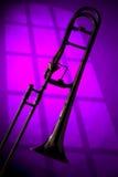 Trombone-Schattenbild auf Purpur Stockfotos