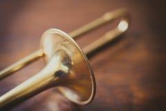 Trombone sur le détail en bois de plancher Image stock
