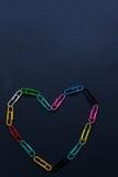 Trombones colorés multi sous forme de coeur sur le dos de plaine photos libres de droits