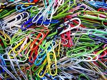 Trombones dans une pile pour l'usage de bureau Photos libres de droits