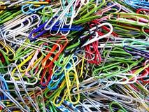 Trombones dans une pile pour l'usage de bureau Images stock
