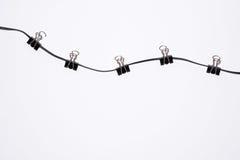 Trombones de bureau sur la corde d'isolement Photos libres de droits