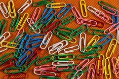Trombones de diverses couleurs photographie stock libre de droits