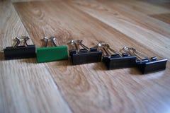 Trombones de reliure sur le fond en bois dans le désordre Enfer perfectionniste Image stock