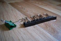 Trombones de reliure sur le fond en bois dans le désordre Enfer perfectionniste Image libre de droits