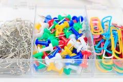 Trombones et papeterie multicolores de boutons Images stock
