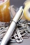 Trombones se situant dans une pile sur un bureau Photographie stock libre de droits