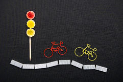 Trombones sous forme de bicyclette près de la lumière des bonbons Photos libres de droits