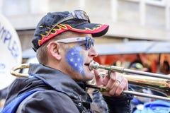 Trombonespeler in kleurrijke het marcheren band bij Carnaval-parade, St Royalty-vrije Stock Foto's