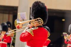 Trombonist av den kungliga vakten royaltyfri fotografi