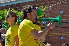 Trombonspelare som utför på festivalen Arkivfoton