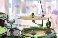 Trommel-Ausrüstung auf Stadium Nahaufnahme der Platte, Trommeln, Stöcke, in den Hintergrundszenenscheinwerfern Lizenzfreie Stockfotografie
