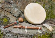 Trommel des amerikanischen Ureinwohners mit Flöte und Schüttel-Apparat. Lizenzfreie Stockfotos