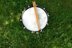 Trommel en Trommelstokken stock afbeelding