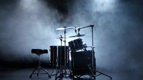 Trommelausrüstung für Berufsgebrauch Schwarzer rauchiger Hintergrund Rückseitige Leuchte stock video