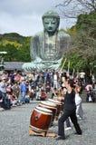 Trommelerscheinen vor großem Buddha Stockfotos