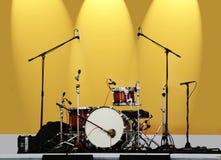 Trommeln auf einem gelben Hintergrund Stockfotos
