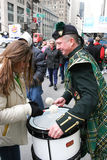 Trommeln an der Heiliges Patricks-Tagesparade Lizenzfreies Stockbild